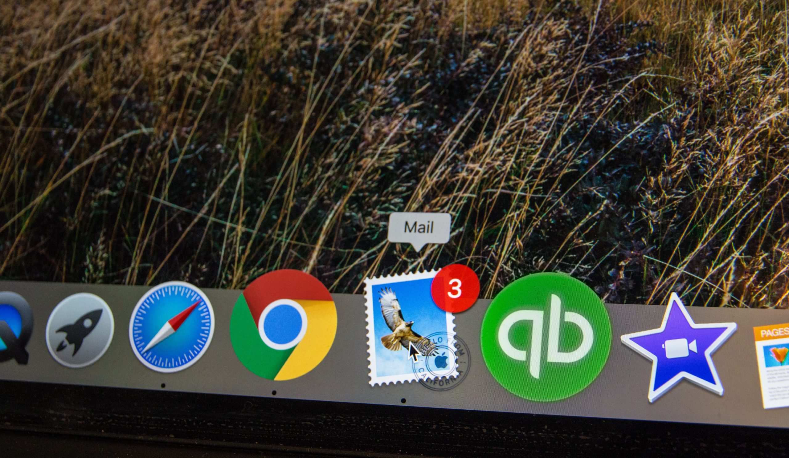 iMac Screen Displaying Red Alert Bubble on Mail Email Program